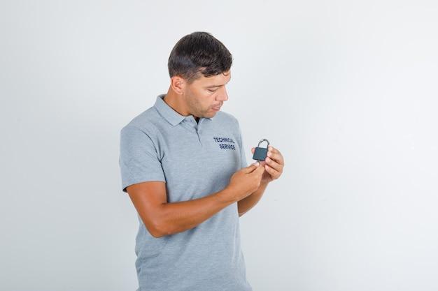 Homme Du Service Technique Tenant La Serrure Avec Boîte à Outils Et à La Recherche De Occupé Photo gratuit