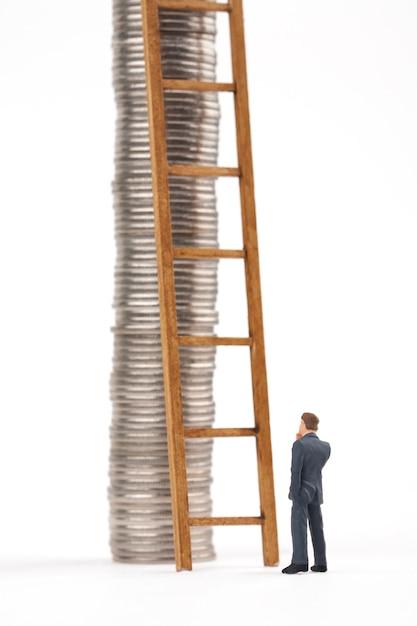 Homme, échelle, Monnaie, Piles, Blanc, Fond Photo Premium