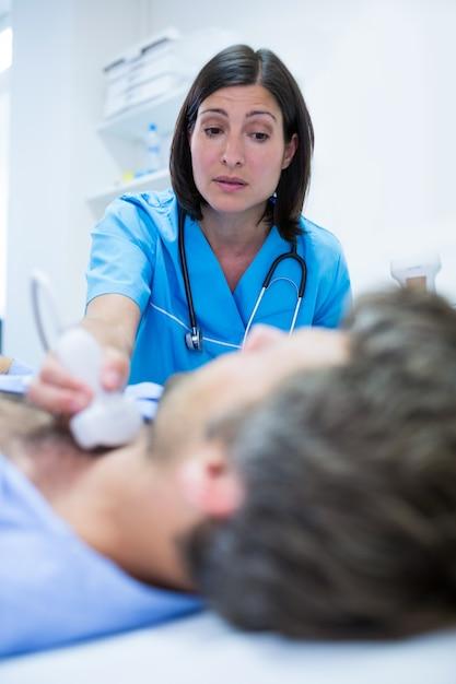 Homme échographie Obtenir De La Thyroïde Du Médecin Photo gratuit