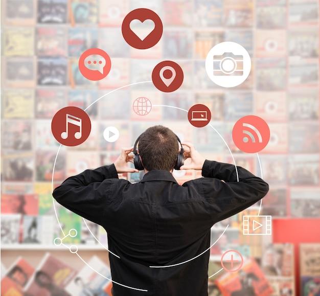 Homme écoutant de la musique sur des écouteurs Photo gratuit