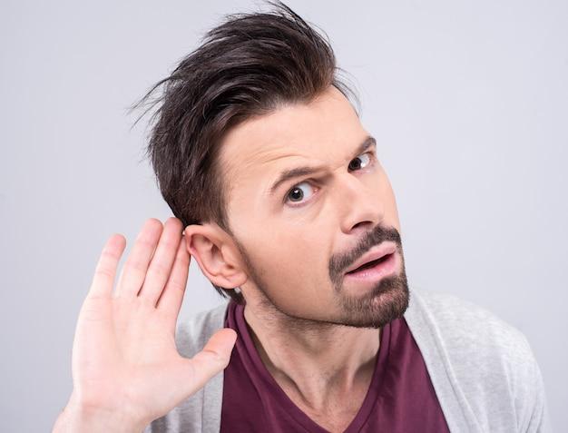 Homme écoutant secrètement lors d'une conversation privée. Photo Premium