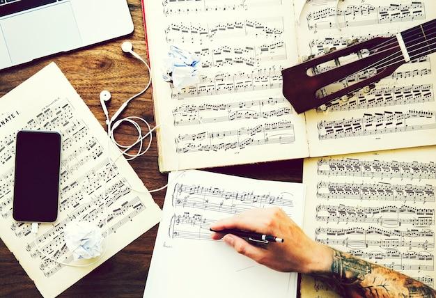 Homme écrivant des notes pour une nouvelle composition Photo Premium