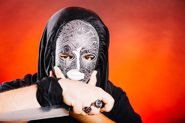 Homme effrayant avec un couteau Photo gratuit