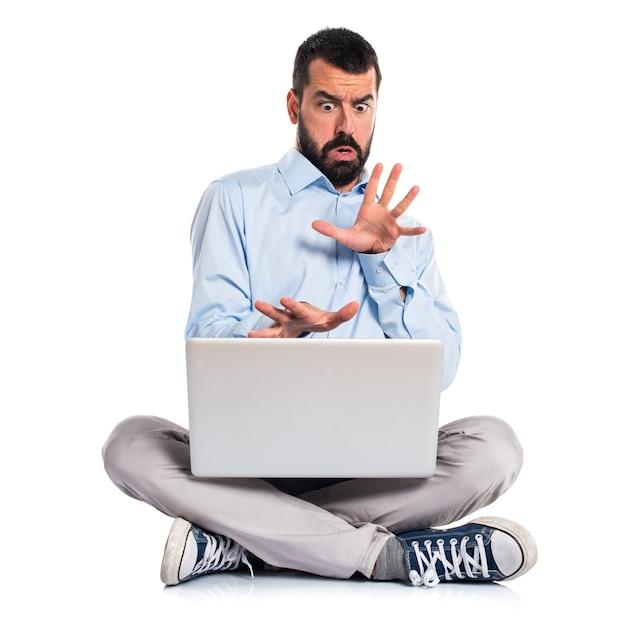 Homme effrayé avec ordinateur portable Photo gratuit