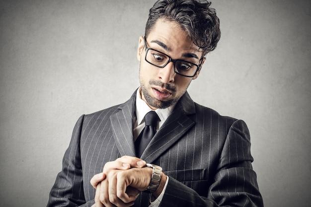 Homme effrayé regardant montre Photo Premium