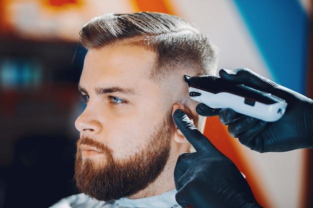 Homme élégant Assis Dans Un Salon De Coiffure Photo gratuit