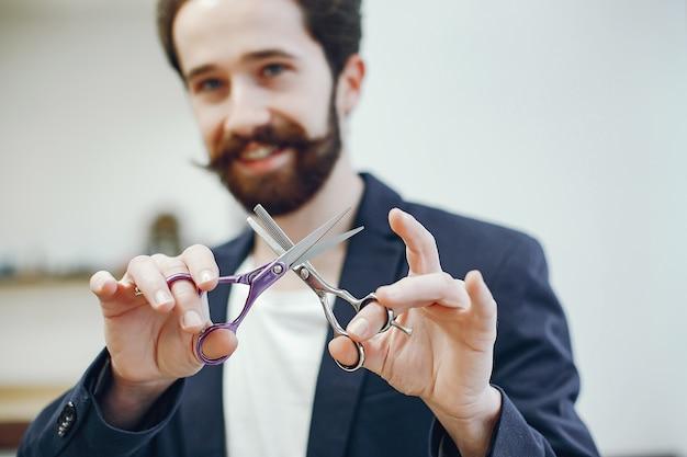 Homme élégant, debout dans un salon de coiffure Photo gratuit