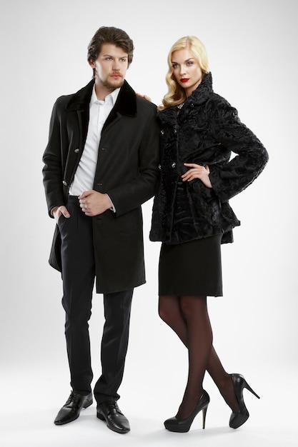 Homme élégant et femme glamour en manteau de fourrure posant Photo Premium