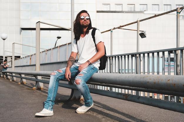 Homme élégant Avec Des Lunettes De Soleil Et Une Barbe Photo gratuit