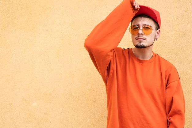 Homme élégant posant sur fond uni Photo gratuit