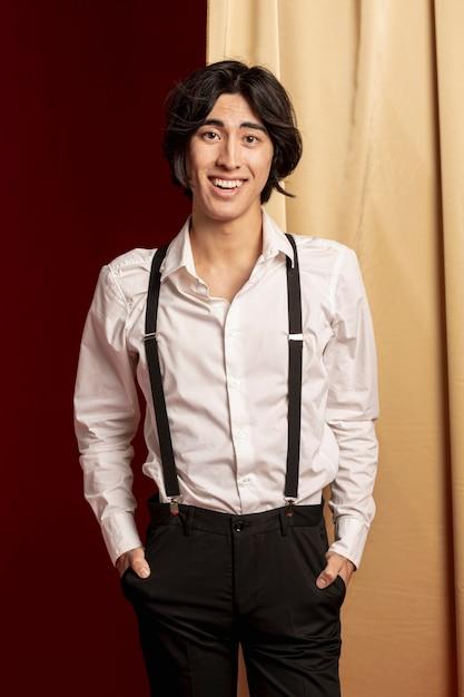 Homme élégant souriant et posant au nouvel an chinois Photo gratuit