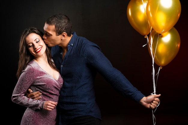 Homme Embrassant Femme à La Fête Du Nouvel An Photo gratuit