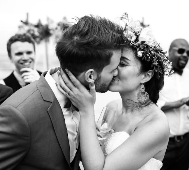 Homme embrassant son mari à la plage Photo gratuit