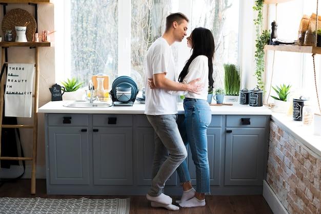Homme embrassant et va embrasser sa petite amie Photo gratuit