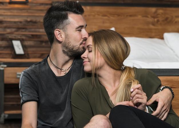 Homme embrasse sa copine sur son front Photo gratuit