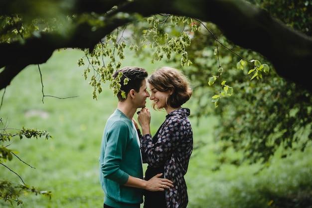 L'homme Embrasse Sa Femme Et Ils Se Sourient Photo gratuit