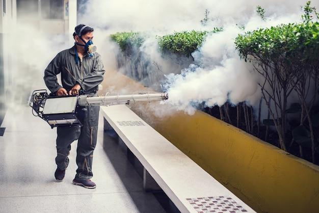 Homme, embuage, éliminer, moustique Photo Premium