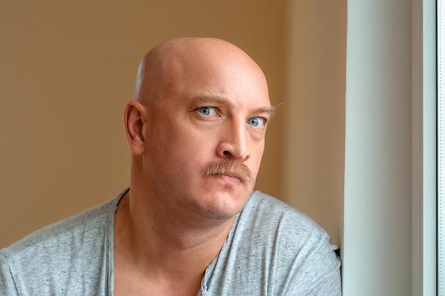 Un homme émotif avec une moustache différentes expressions du visage sur le visage Photo Premium