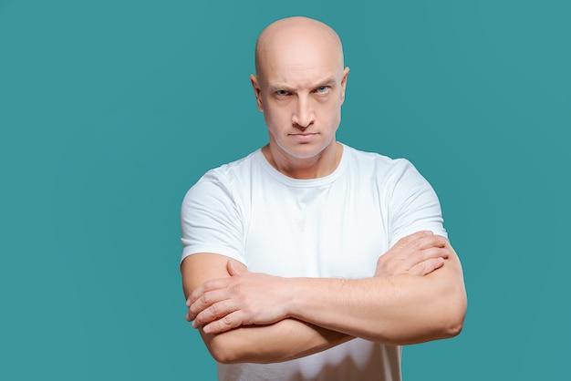 Homme émotionnel en t-shirt blanc avec une expression faciale en colère sur fond Photo Premium