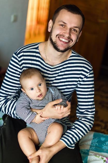 L'homme Avec Enfant En Pulls à Rayures Photo Premium
