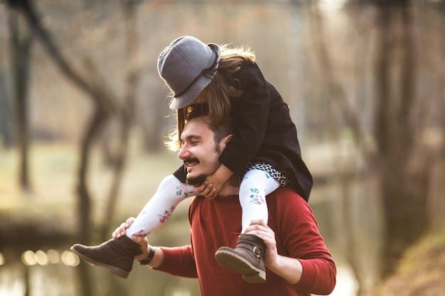 Homme enjoué avec une fille sur les épaules Photo gratuit
