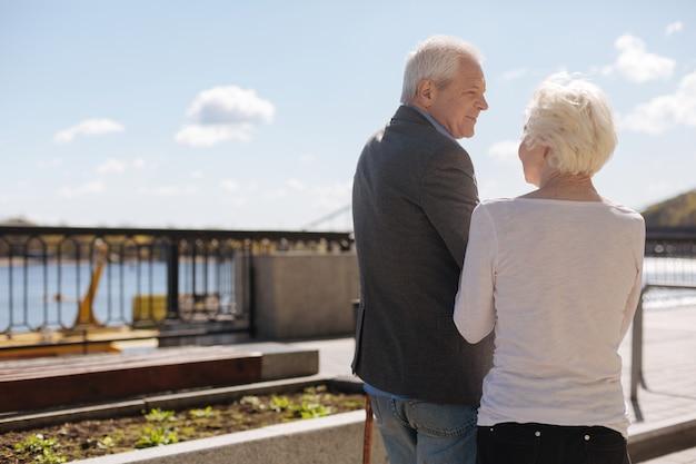 Homme Enthousiaste Heureux à Tête Grise Souriant Et écoutant Sa Femme Pendant Que Les Femmes âgées Parlent Photo Premium