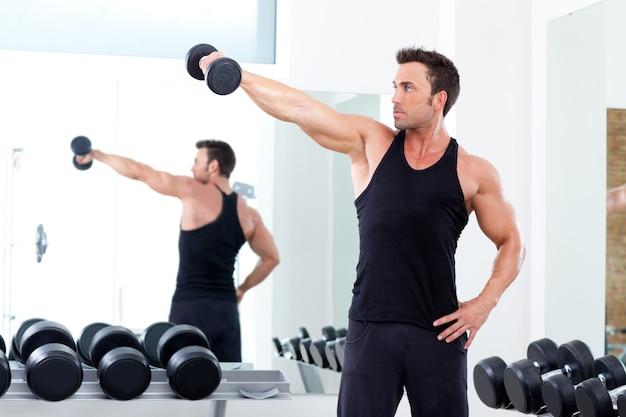 Homme avec équipement de musculation sur gym sport Photo Premium