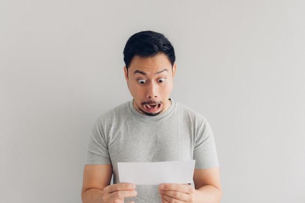 L'homme est choqué et surpris par le message de courrier blanc ou la facture. Photo Premium