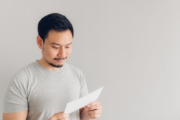 L'homme est satisfait du message blanc ou de la facture. Photo Premium