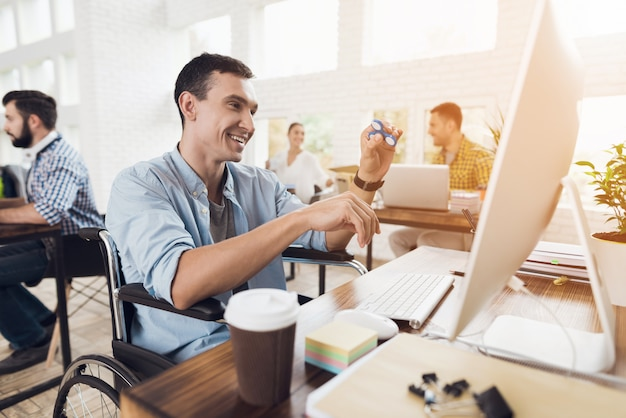 L'homme est souriant et passionné par le flux de travail Photo Premium