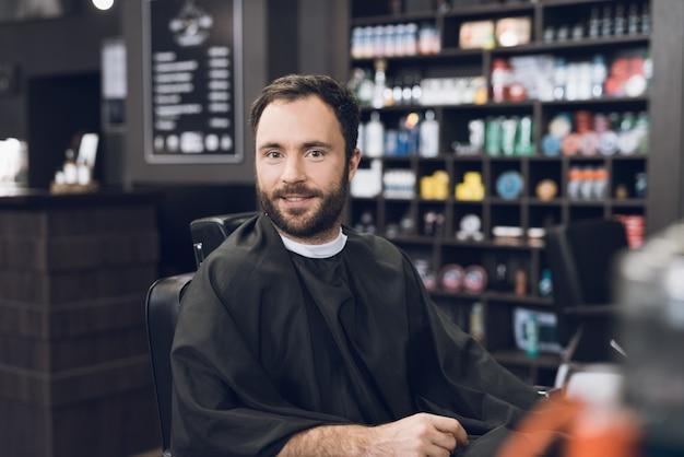 Un homme est venu au salon pour se faire couper les cheveux. Photo Premium