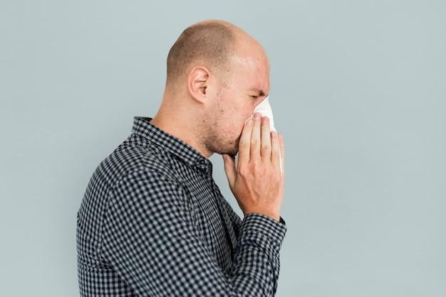 Homme éternuant soufflant la maladie du nez Photo gratuit