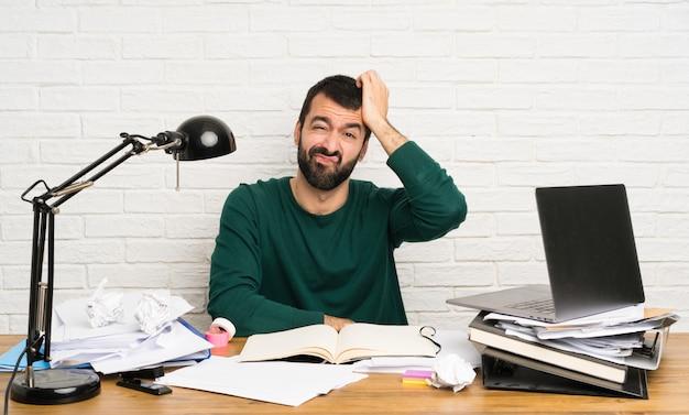 Homme étudiant avec une expression de frustration et de non compréhension Photo Premium