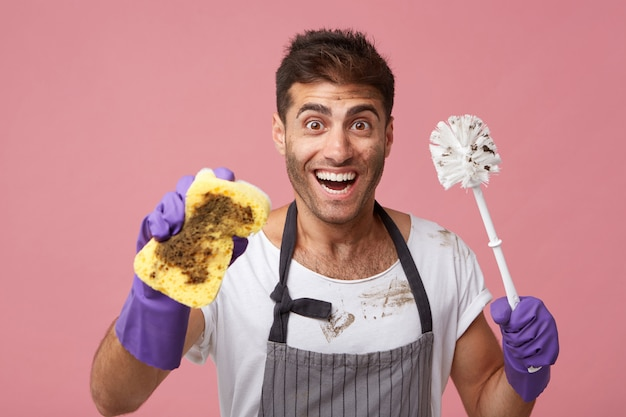 Homme Excité Avec Une Coiffure à La Mode Et Des Yeux Sombres à La Recherche D'un Large Sourire De Bonne Humeur Photo gratuit