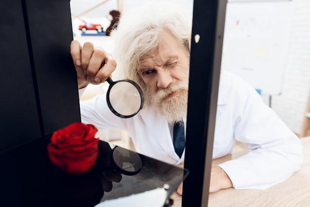 L'homme expérimente avec une imprimante 3d. Photo Premium