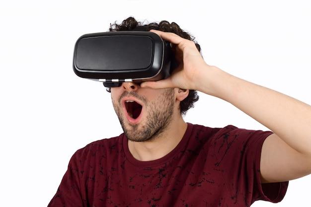 Homme expérimenté en réalité virtuelle. Photo Premium