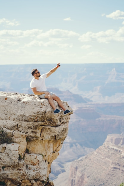 Homme explorant le grand canyon en arizona Photo gratuit