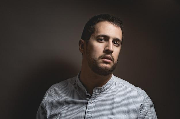 Homme avec expression attrayante et barbe Photo Premium