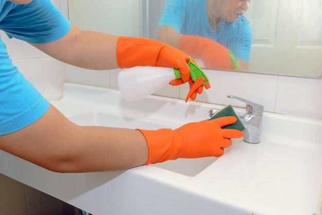 Homme faisant des corvées dans la salle de bain à la maison Photo Premium
