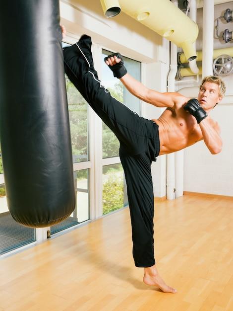 Homme faisant le coup d'arts martiaux Photo Premium