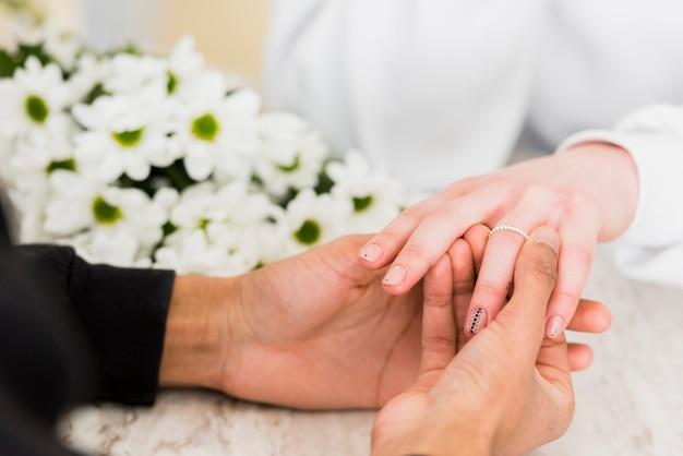 Homme faisant une demande en mariage à sa petite amie Photo gratuit