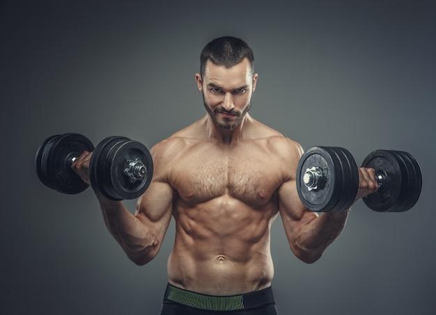 Homme Faisant Des Exercices De Biceps Avec Des Haltères Photo Premium