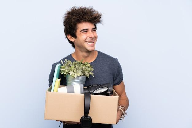 Homme Faisant Un Geste Tout En Ramassant Une Boîte Pleine De Choses à Côté Photo Premium