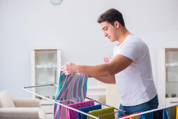 Homme faisant la lessive à la maison Photo Premium