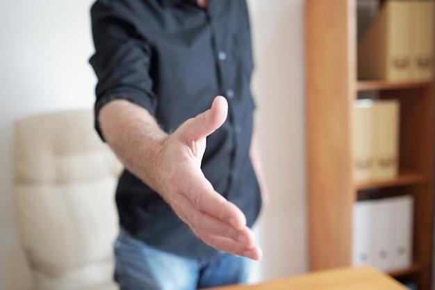 Homme Faisant La Poignée De Main Photo gratuit