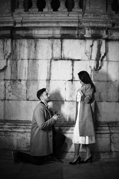 Homme Faisant Proposition à Une Femme Dans La Rue Photo gratuit