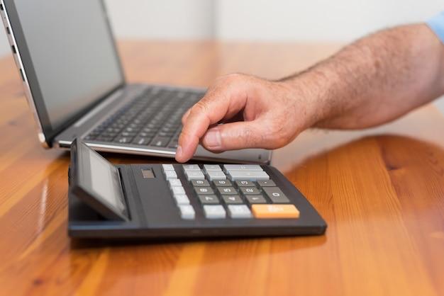 Homme faisant sa comptabilité, conseiller financier. Photo Premium