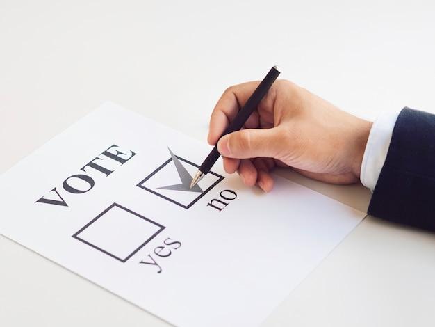 Homme faisant son choix concernant le référendum Photo gratuit