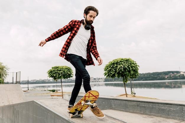 Homme faisant des tours au skate park Photo gratuit