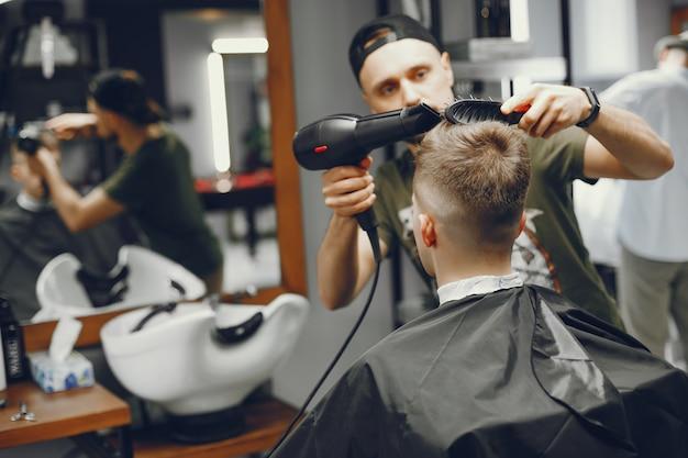 Un homme fait un arrimage dans le salon de coiffure Photo gratuit